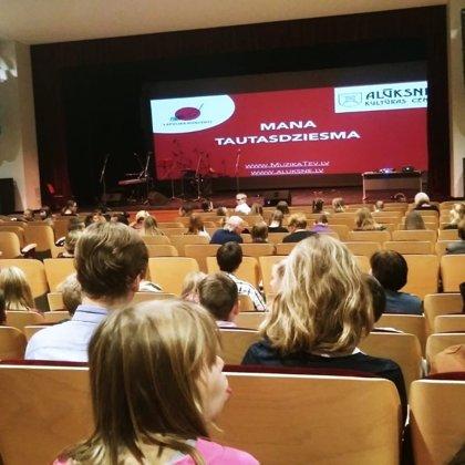 """3.-12.klašu skolēni apmeklē koncertu Alūksnes k/c """"Mana tautas dziesma"""""""