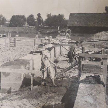 Skolas ēkas celtniecības darbi.